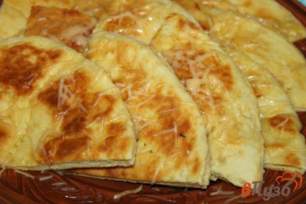 фото рецепта: Тонкие хачапури на сковороде с твердым сыром