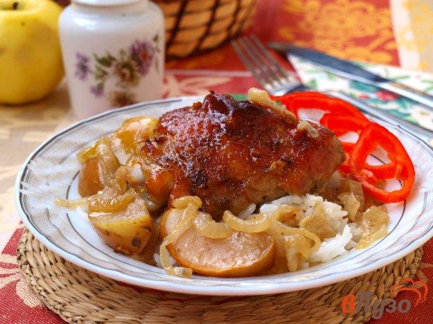 фото рецепта: Куриные бёдрышки запечённые с яблоками