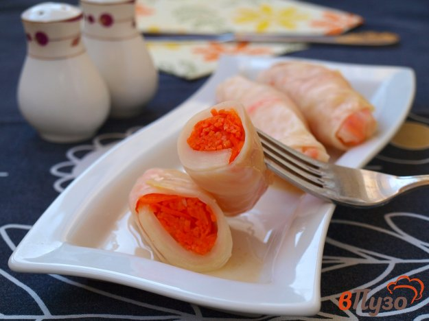 фото рецепта: Квашеные капустные рулетики с морковью