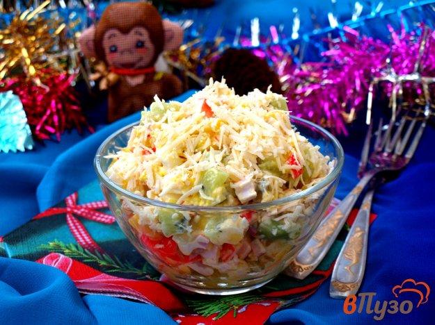фото рецепта: Салат с крабовыми палочками, манго и киви
