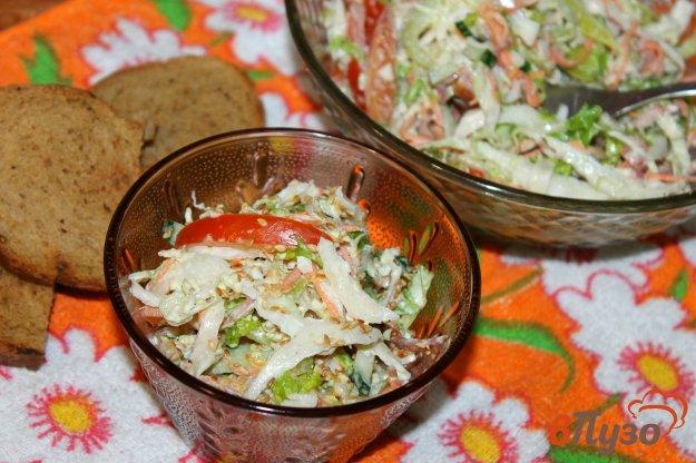 фото рецепта: Салат из пекинской капусты с зеленью, огурцами и сырокопченой колбасой