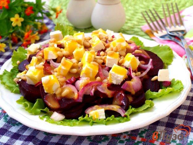 фото рецепта: Салат из свеклы с фетой и кедровыми орешками