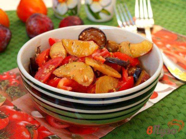 фото рецепта: Салат с баклажанами, помидорами и сливами с горчичной заправкой