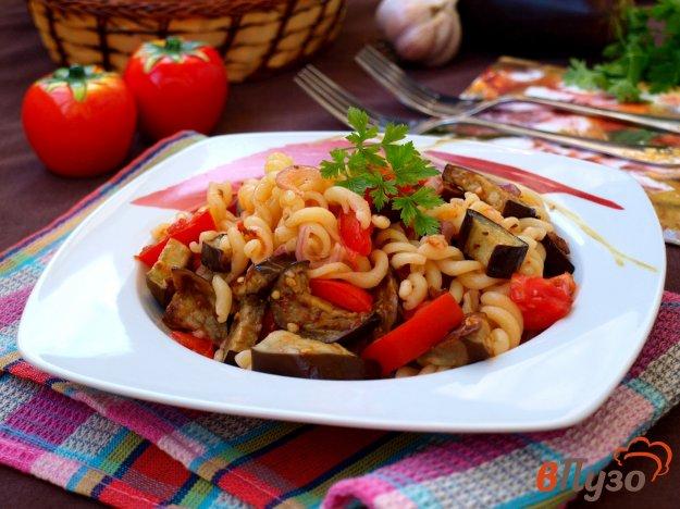 фото рецепта: Тёплый салат из баклажанов и пасты