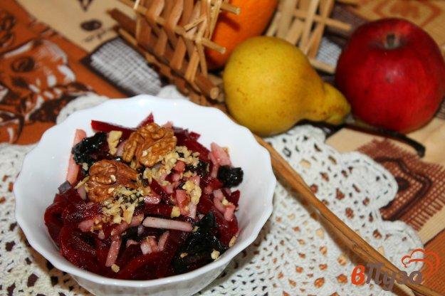 фото рецепта: Свекольный салат с черносливом и грушей