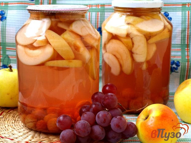 фото рецепта: Компот из яблок с виноградом на зиму