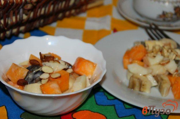 фото рецепта: Фруктовый салат с хурмой, сыром и орешками