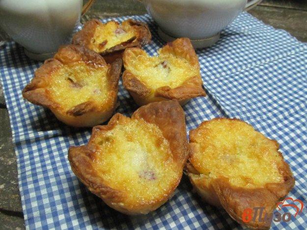 фото рецепта: Пирожки с малиной и кокосовой стружкой