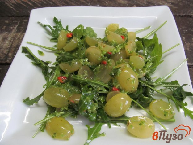 фото рецепта: Салат из винограда и рукколы
