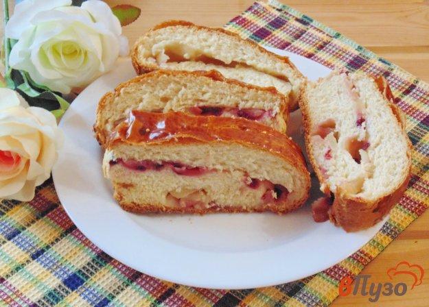 фото рецепта: Рулет с яблоками и брусникой