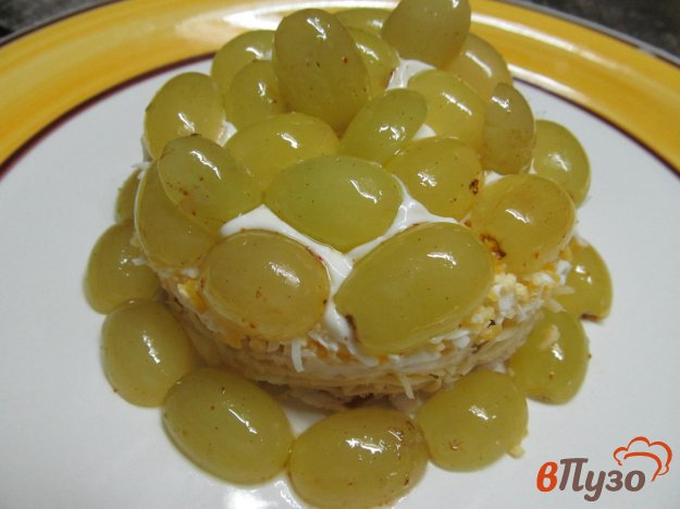 фото рецепта: Салат и курицей сыром и виноградом