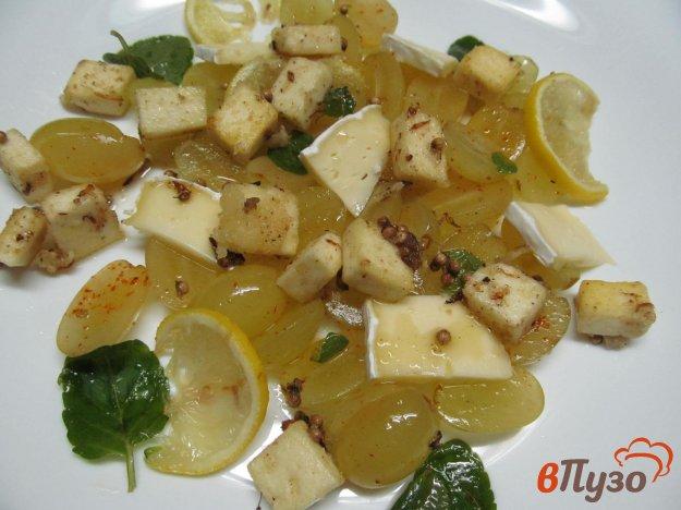 фото рецепта: Салат с сыром и виноградом
