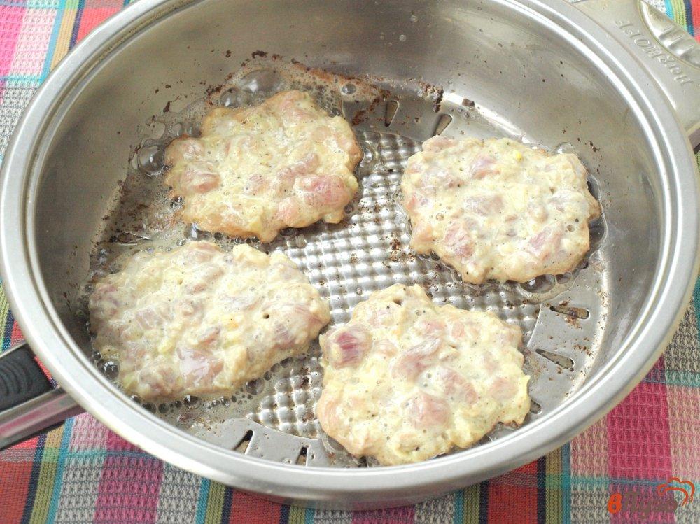 Фото приготовление рецепта: Мясные котлеты по-албански шаг №4