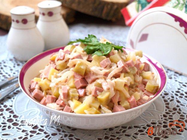 фото рецепта: Салат с колбасой, дайконом и маринованным луком