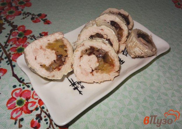 фото рецепта: Рулет из индейки с начинкой из яблока и чернослива