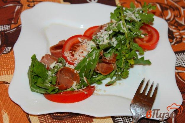 фото рецепта: Салат с рукколой, помидорами и хамоном