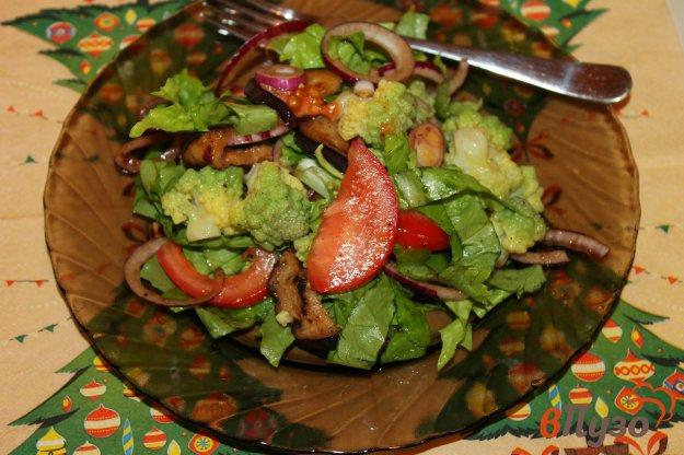 фото рецепта: Салат из жаренного баклажана, маринованного лука и цветной капустой
