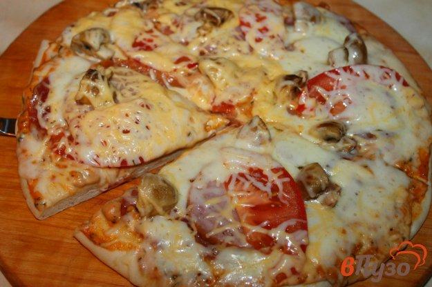 фото рецепта: Мясная пицца с шампиньонами и моцареллой