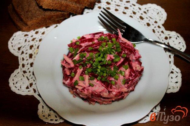 фото рецепта: Салат из свеклы с курицей, чесноком и сыром