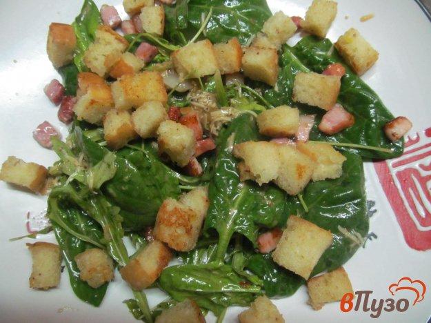 фото рецепта: Салат цезарь из листьев шпината и рукколы