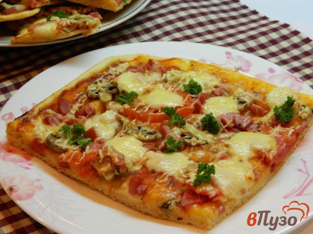 фото рецепта: Пицца с соусом, колбасой и моцареллой
