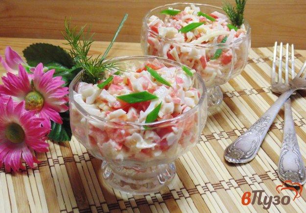 фото рецепта: Салат с крабовыми палочками и помидорами