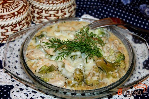 фото рецепта: Куриное филе в сметанном соусе с брокколи и сыром