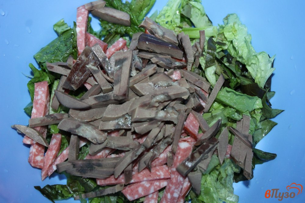 Фото приготовление рецепта: Салат из субпродуктов, копченой колбасы и корейской моркови шаг №3