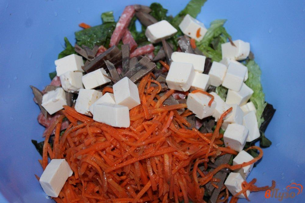 Фото приготовление рецепта: Салат из субпродуктов, копченой колбасы и корейской моркови шаг №5