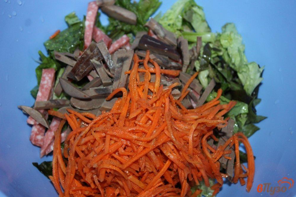 Фото приготовление рецепта: Салат из субпродуктов, копченой колбасы и корейской моркови шаг №4