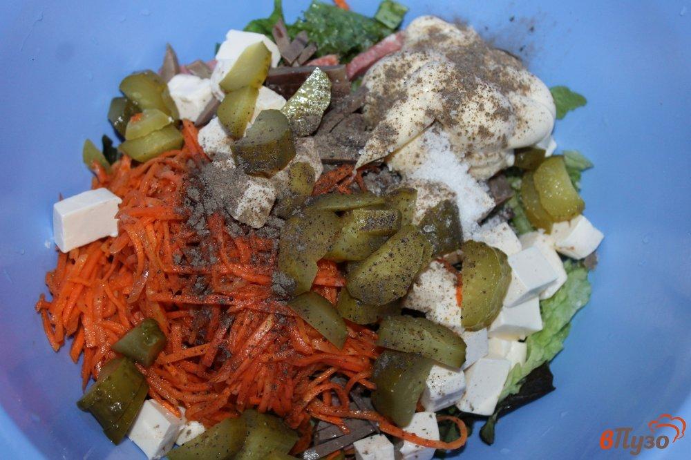 Фото приготовление рецепта: Салат из субпродуктов, копченой колбасы и корейской моркови шаг №6