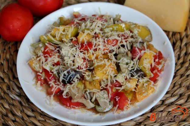 фото рецепта: Салат из помидор с солеными грибами и сыром