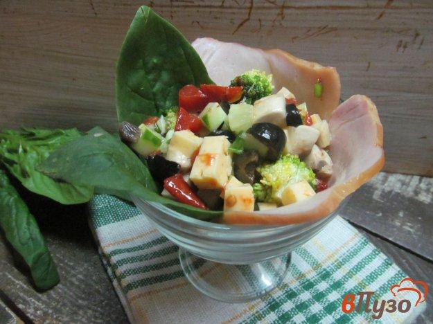 фото рецепта: Салат с ветчиной грибами сыром и оливками