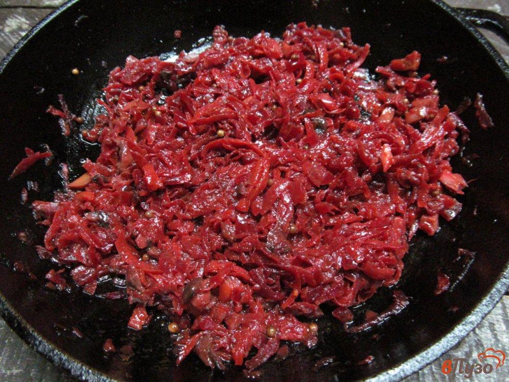 Фото приготовление рецепта: Свекольная икра с грибами шаг №4