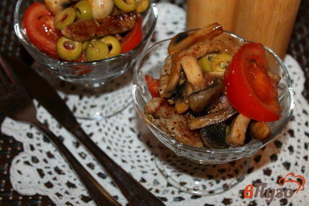 фото рецепта: Салат с жареной свининой, грибами и оливками