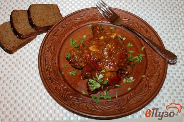 фото рецепта: Куриные крылья и шейки с помидорами и перцем в томатно - сметанном соусе