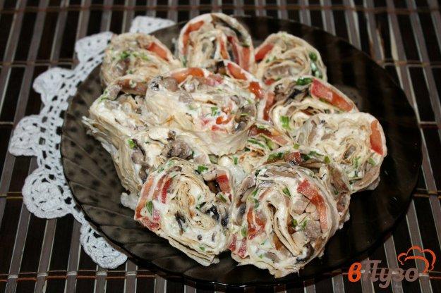 фото рецепта: Закусочный рулет из лаваша с курицей, помидорами и грибами