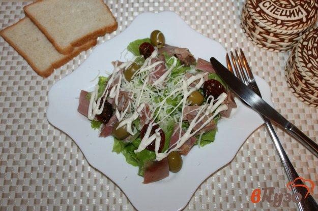 фото рецепта: Салат с копченой курицей, оливками и вялеными томатами