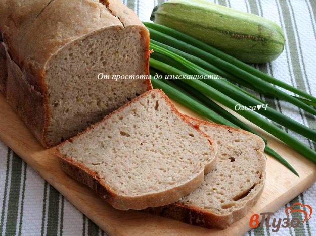 фото рецепта: Ржано-пшеничный хлеб с кабачком и зеленым луком