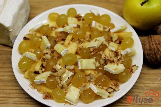 фото рецепта: Фруктовый салат с сыром бри