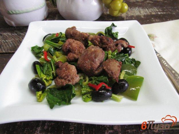 фото рецепта: Зеленый салат с куриной печенью и оливками