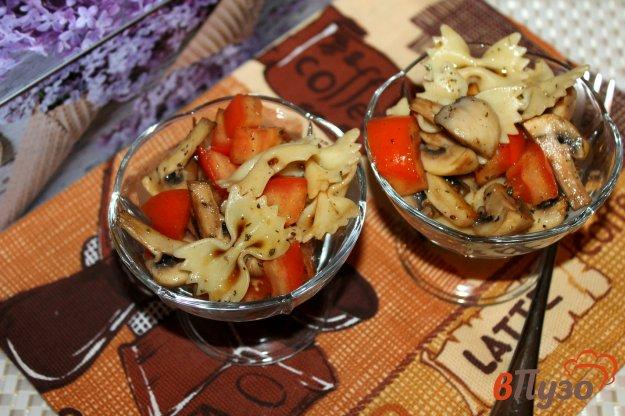 фото рецепта: Салат с фарфалле, помидорами и грибами