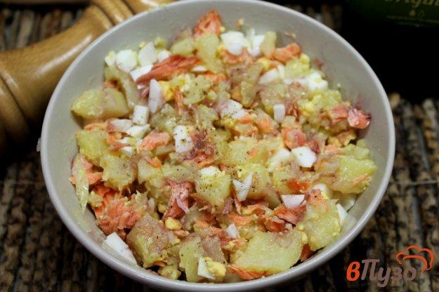 фото рецепта: Салат из печеной форели с картофелем и яйцом
