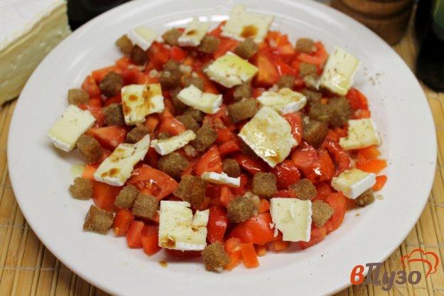 фото рецепта: Салат из помидор с сыром бри и чесночными гренками