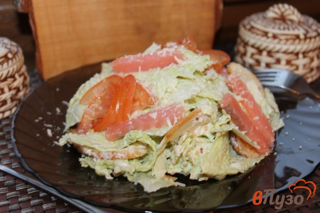 фото рецепта: Салат из пекинской капусты с соленой семгой и сухариками