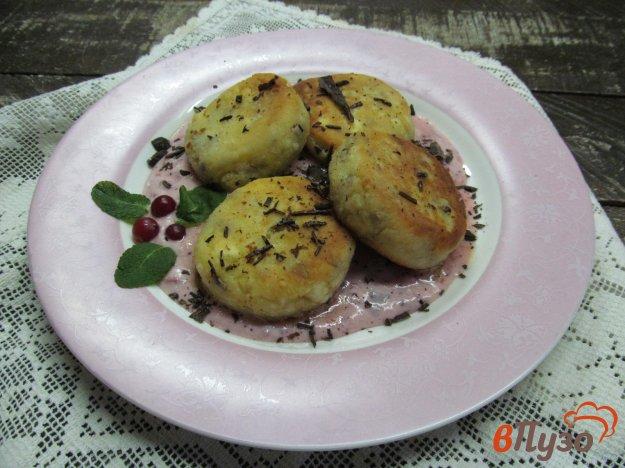 фото рецепта: Творожные сырники с семечками под клюквенным соусом