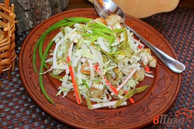 фото рецепта: Салат из пекинской капусты с крабовыми палочками, соленым огурцом и сухариками