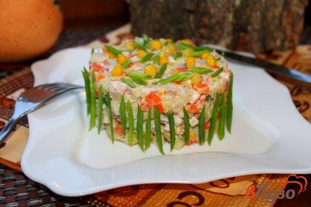 фото рецепта: Салат из крабовых палочек с кукурузой и копченой куриной грудкой