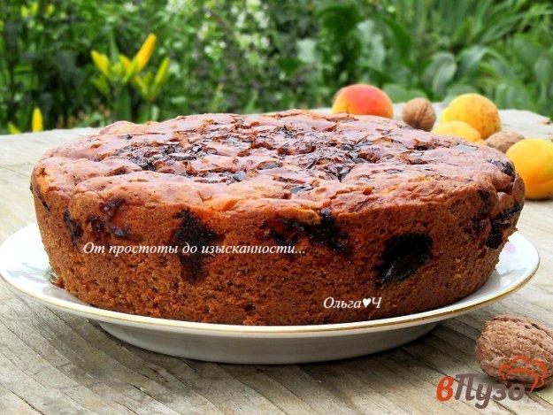 фото рецепта: Пирог с шоколадом, абрикосами и грецкими орехами