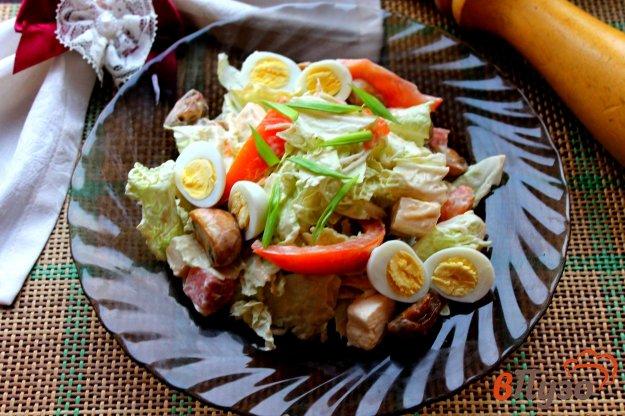 фото рецепта: Салат из пекинской капусты с перепелиными яйцами, грибами и семгой